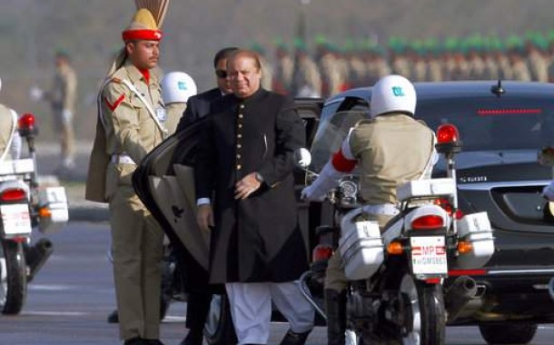 Pakistani president offers talks to India at military parade
