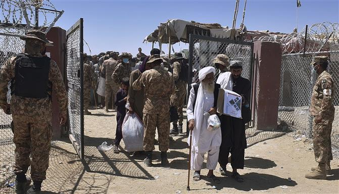 Pakistani security forces clash with Afghans at Chaman border shut by Taliban
